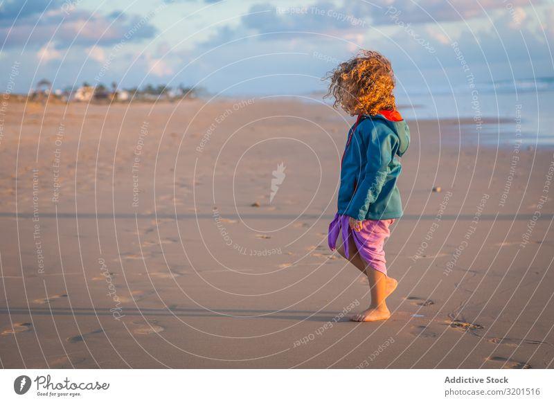 Kleines Mädchen, das am Meeresufer läuft Kind Strand Sommer klein Mensch krause Haare Barfuß schön Aktion laufen Ferien & Urlaub & Reisen Freizeit & Hobby