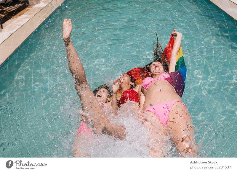 Anonyme Lesben spritzen im Schwimmbad Geplätscher lgbt Fahne fallend Freude Barfuß Jugendliche Frau Resort Ferien & Urlaub & Reisen Lifestyle Freizeit & Hobby