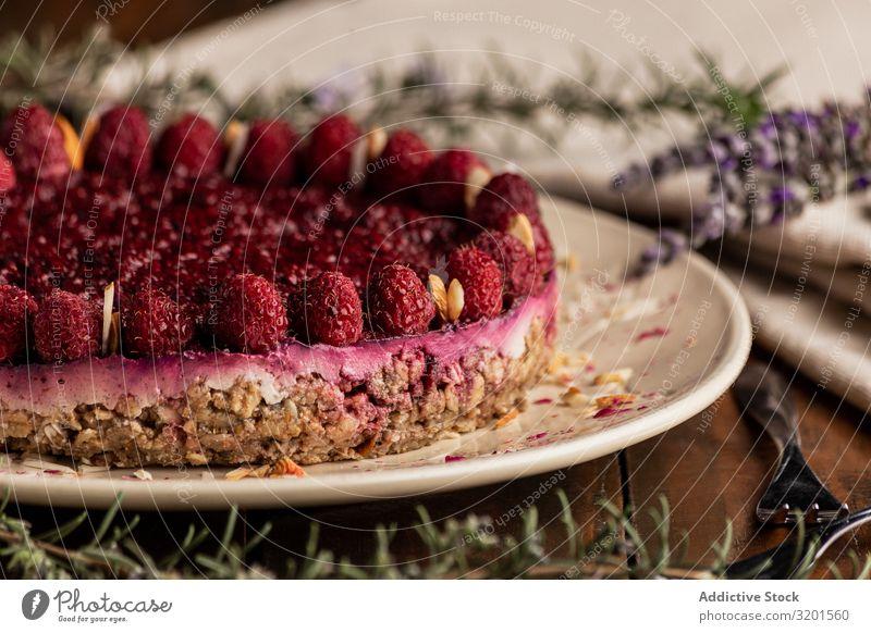 Fruchtbeerkuchen und Lavendelzweig auf dem Tisch Kuchen Vegane Ernährung Himbeeren Lebensmittel Dessert süß frisch rot lecker Beeren gebastelt Backwaren