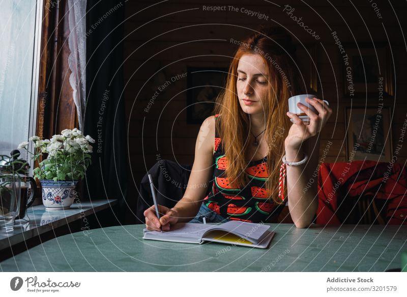 Nachdenkliche Frau macht Notizen im Tagebuch schreibend Denken Reibung gemütlich Raum Musiknoten Notizbuch Erwachsene Føroyar Ferien & Urlaub & Reisen Ausflug
