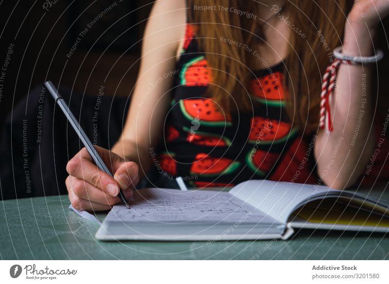 anonyme Frau macht Notizen im Tagebuch schreibend Denken Reibung gemütlich Raum Musiknoten Notizbuch Erwachsene Føroyar Ferien & Urlaub & Reisen Ausflug