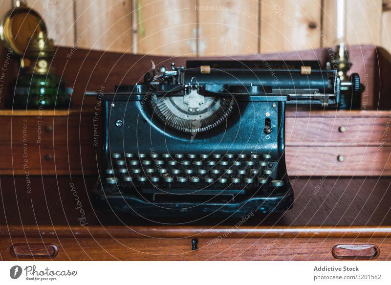 alte Schreibmaschine in einem alten Holzmöbel in einem Holzraum altehrwürdig Typ retro Antiquität Schriftsteller Klaviatur Maschine Mitteilung schreiben