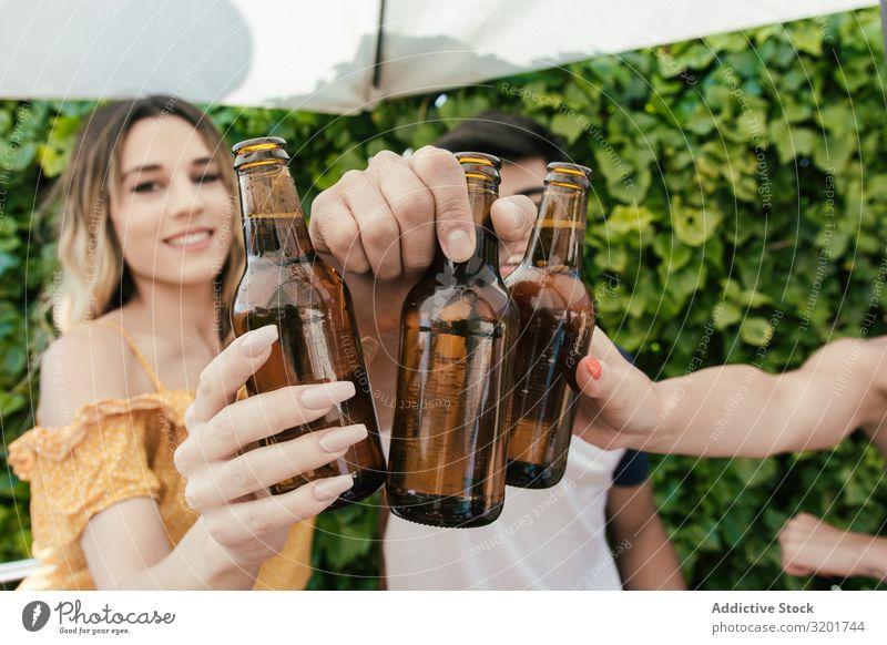 Gruppe von Freunden trinkt Bier auf der Terrasse einer Bar Alkohol asiatisch Herbst Strand Feste & Feiern heiter Zuprosten trinken Frau Freundschaft Freude Glas