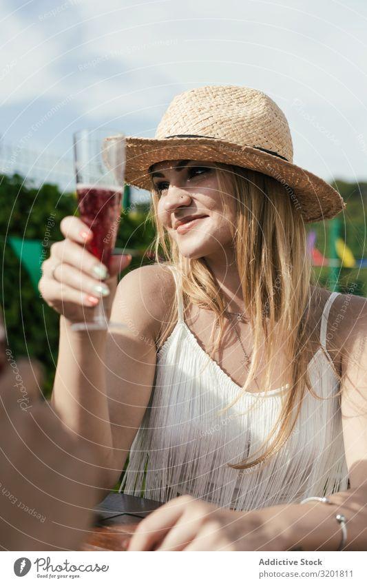 Gruppe von Freunden trinkt Sangria auf der Terrasse Alkohol Bar Karibik Feste & Feiern Cocktail Entwurf trinken Frau Freundschaft Freude Mädchen Glas