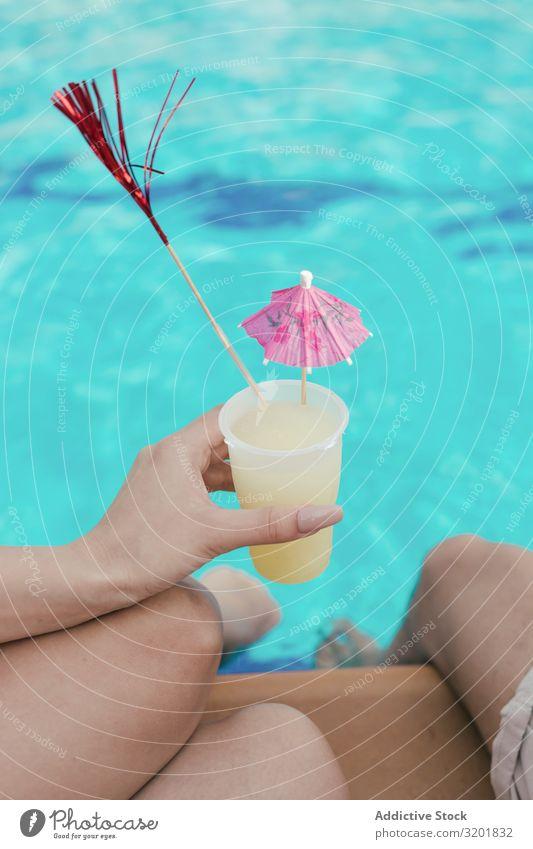 Gruppe von Freunden bei einer Poolparty Alkohol attraktiv heiter Cocktail trinken Getränk Frau Freundschaft Freude Menschengruppe Fröhlichkeit Glück habend