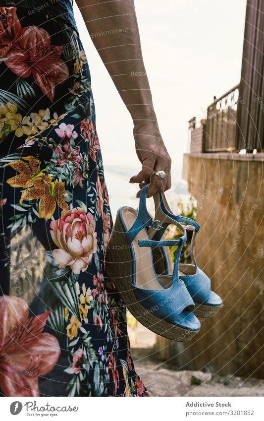 Erntehelferin hält Sommer-Keilabsätze Frau Kleid Ferse Stil Halt Schuhe schön geblümt Bekleidung Mode tropisch Accessoire trendy modern tragen Straße Stadt