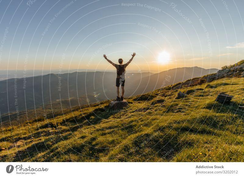 Der Mensch auf dem Berg Mann Berge u. Gebirge Wanderer stehen Top Ferien & Urlaub & Reisen Rucksack Erwachsene Gesundheit Lifestyle Blick Abenteuer Kaukasier