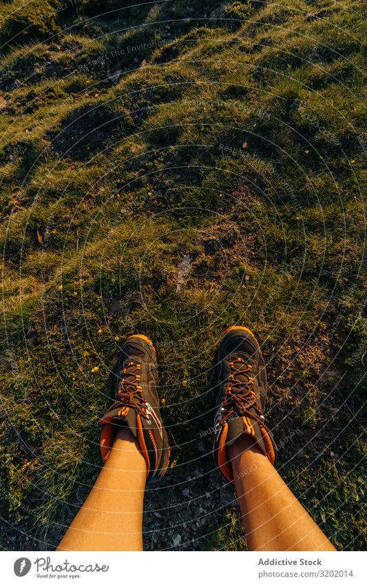 Der Mensch auf dem Berg Trekking Berge u. Gebirge Mann Wanderer Natur laufen Ferien & Urlaub & Reisen wandern Sport Wege & Pfade Lifestyle Beine Rundfahrt Gras