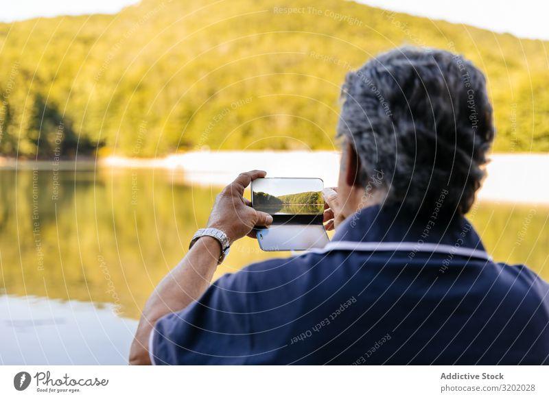 Der Mensch fotografiert die Landschaft Mann Senior Berge u. Gebirge wandern Natur Lifestyle Trekking Gesundheit Wege & Pfade Außenaufnahme