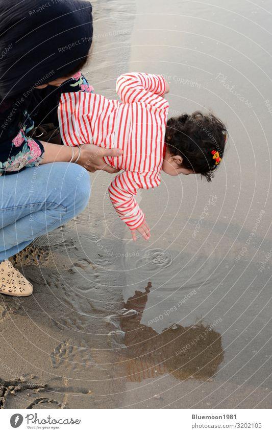 Mutter und Kleinkind am Strand beim Spielen mit Wasser Lifestyle Freude schön Leben Ferien & Urlaub & Reisen Meer Mensch Baby Frau Erwachsene Eltern