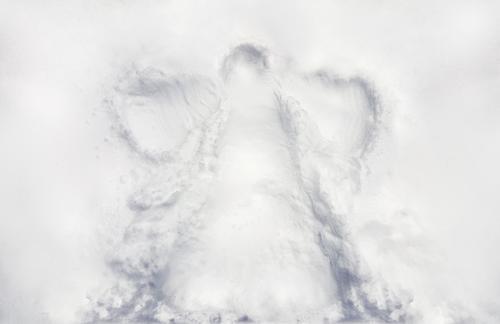 I Kinderschneewinkelabdruck auf frischem Neuschnee in einem Winderurlaub Wellness Leben Freizeit & Hobby Kinderspiel ausgehen Feste & Feiern