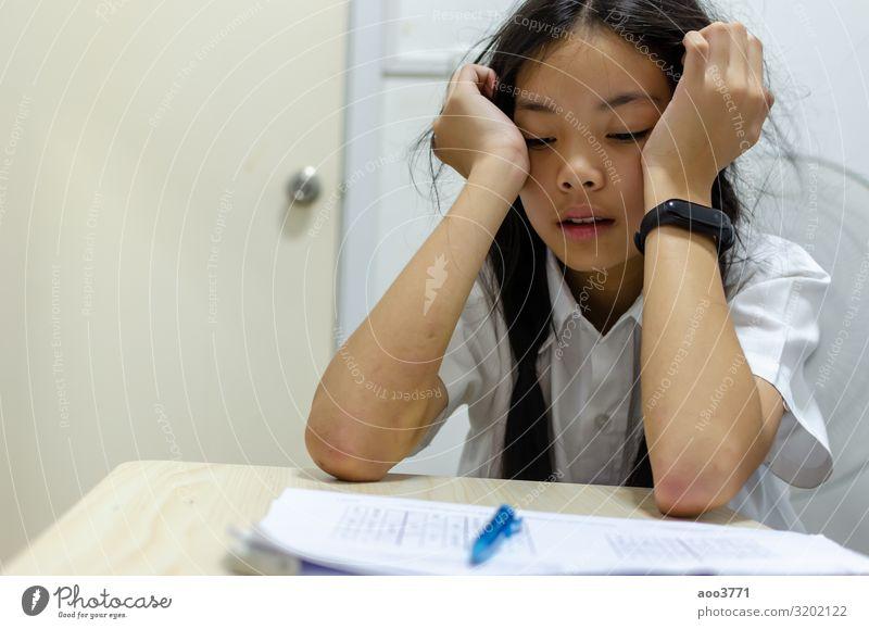 Kinder schreien von den Hausaufgaben schön Gesicht lesen Schreibtisch Schule lernen Schulkind Prüfung & Examen Arbeit & Erwerbstätigkeit Mensch Frau Erwachsene