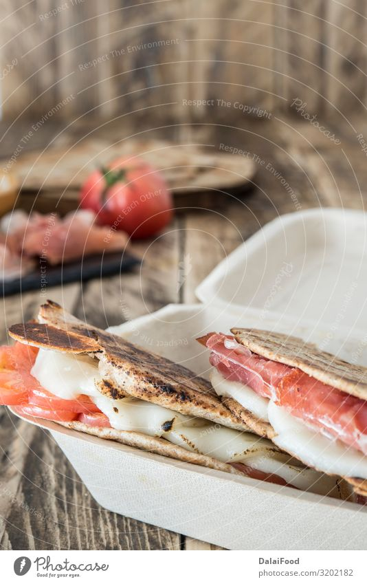 Piadina typisch italienisches Essen Fleisch Käse Gemüse Brot Ernährung Frühstück Mittagessen Abendessen Vegetarische Ernährung Diät Italienische Küche Holz