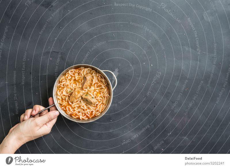 Nudeln Huhn mit Gemüse auf schwarzem Hintergrund Fleisch Abendessen Diät Fastfood Asiatische Küche Schalen & Schüsseln Stil Familie & Verwandtschaft Holz