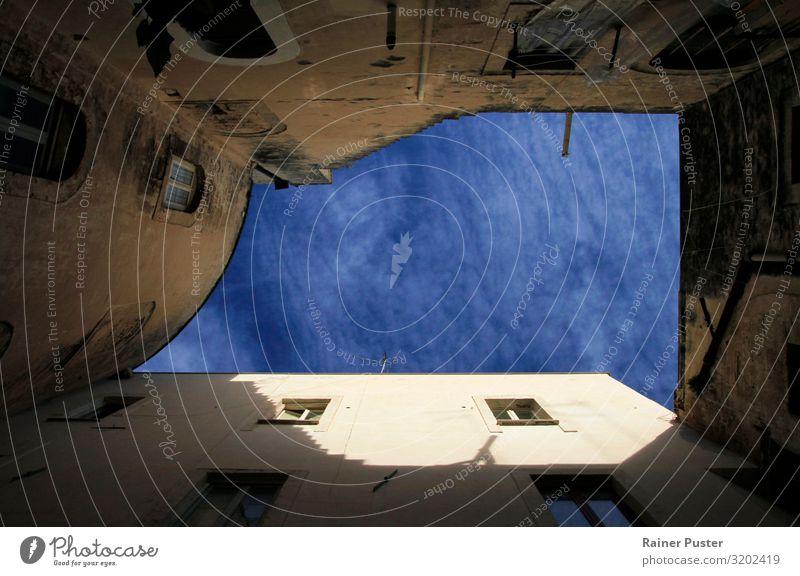 Ein Stück italienischer Himmel Wolkenloser Himmel Sonne Schönes Wetter Bari Apulien Italien Altstadt Haus Fassade Dach alt blau braun Idylle ruhig abstrakt