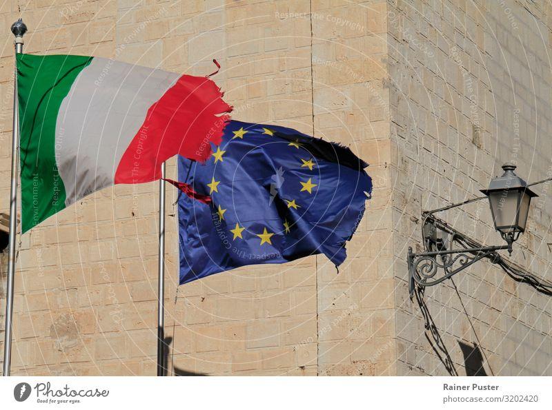 EU- und Italien-Flagge im Wind bari Italienisch Europafahne Zeichen Fahne Nationalflagge blau grün rot Einigkeit loyal Zusammensein Solidarität Verantwortung