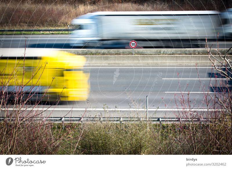 unscharf I weil zu schnell Klimawandel Verkehr Güterverkehr & Logistik Straßenverkehr Autofahren Autobahn Lastwagen Verkehrszeichen Geschwindigkeitsbegrenzung