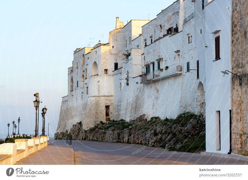 Außerhalb der weißen Mauern der Stadt Ostuni, Apulien, Italien Ferien & Urlaub & Reisen Gebäude Architektur Wände Sonnenuntergang gemalt città bianca