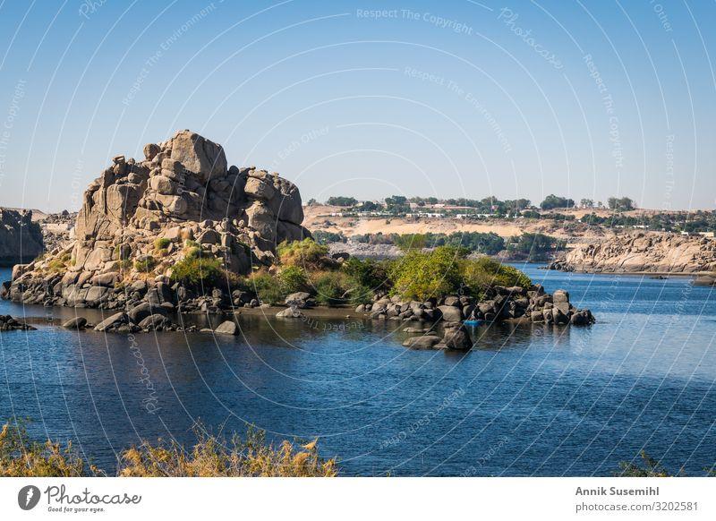 Blick vom Philae Tempel auf den Nil bei Assuan Ferien & Urlaub & Reisen Tourismus Sightseeing Kreuzfahrt Sommer Sommerurlaub Meer Winter Winterurlaub