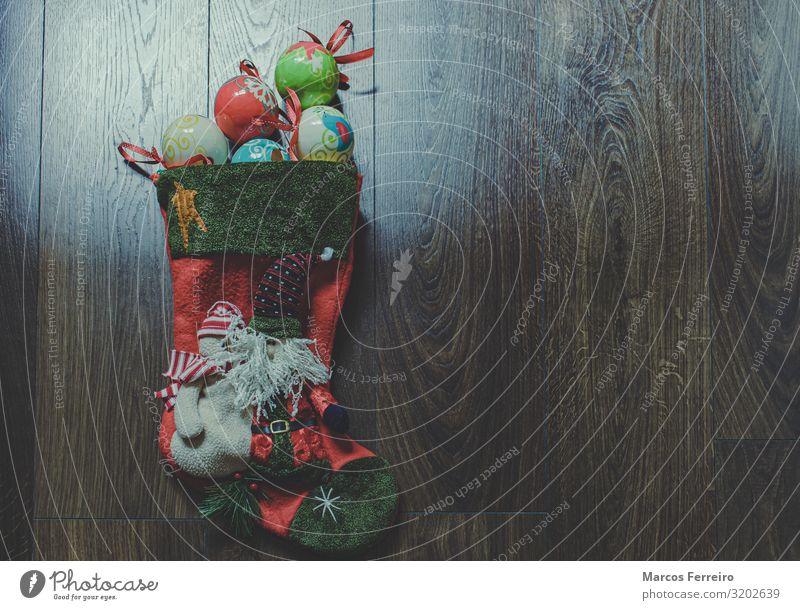 Weihnachtsmann-Socke mit Weihnachtskugeln auf Holzboden Lifestyle Ferien & Urlaub & Reisen Winterurlaub Häusliches Leben Innenarchitektur