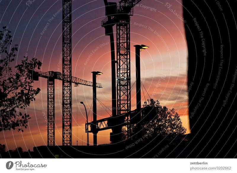 Baustelle am Abend drehkran dunkel Dämmerung Feierabend Froschperspektive großbaustelle Himmel Himmel (Jenseits) Industriebau Kran Menschenleer Textfreiraum