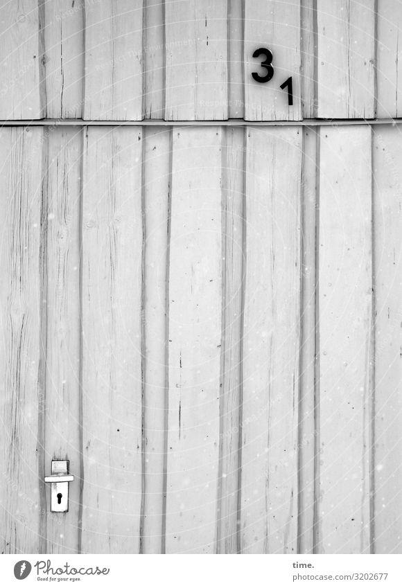 Entrees (23) Haus Holzhaus Mauer Wand Tür Hausnummer Griff Türschloss Türrahmen Ziffern & Zahlen Linie Streifen einfach grau weiß standhaft Ordnungsliebe