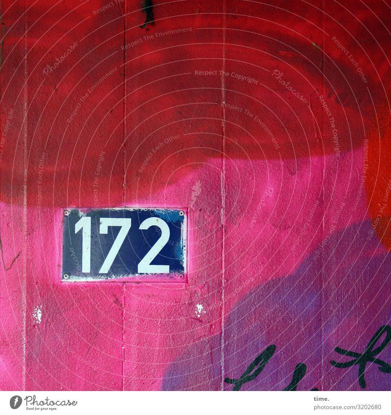 172 gebäude linien parallel metall stein latte beton tageslicht hausnummer farbe orientierung information zahl grafitti rot pink
