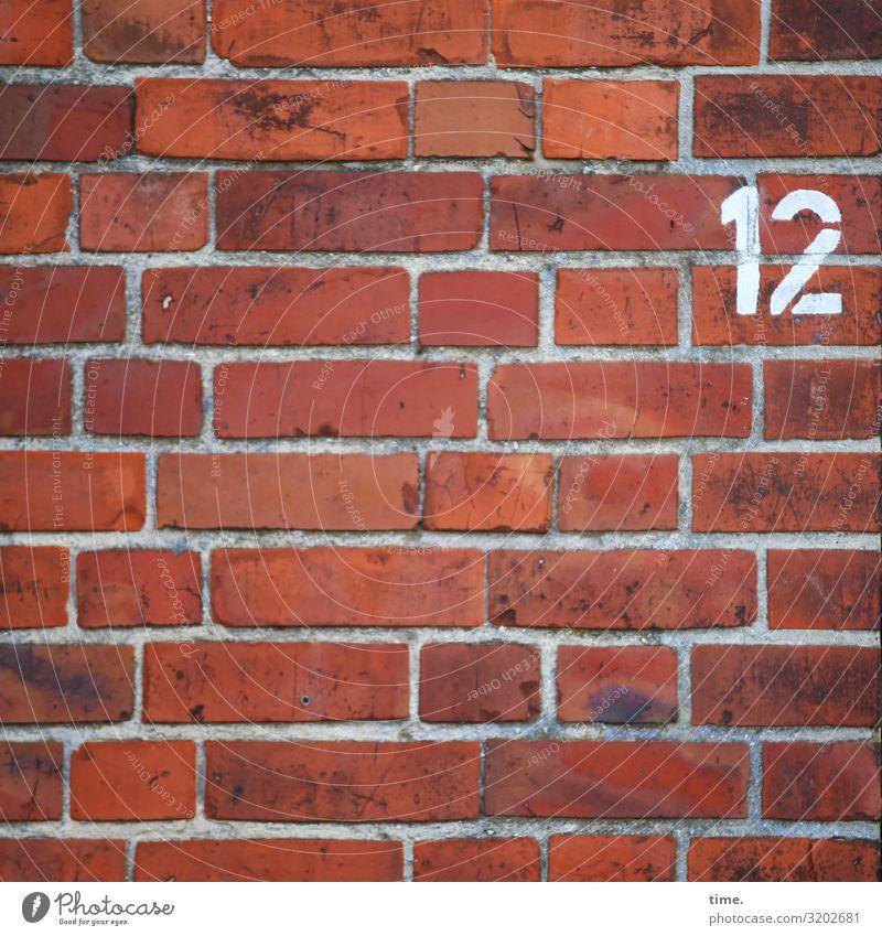 12 tageslicht farbe orientierung information zahl oldstyle mauer linien streifen rot backstein haus markierung