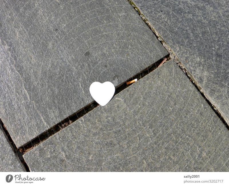 verlorene Liebe...? Wege & Pfade Schreibwaren Zettel Herz liegen Kitsch trashig weiß Liebeskummer Enttäuschung Misserfolg Traurigkeit verlieren