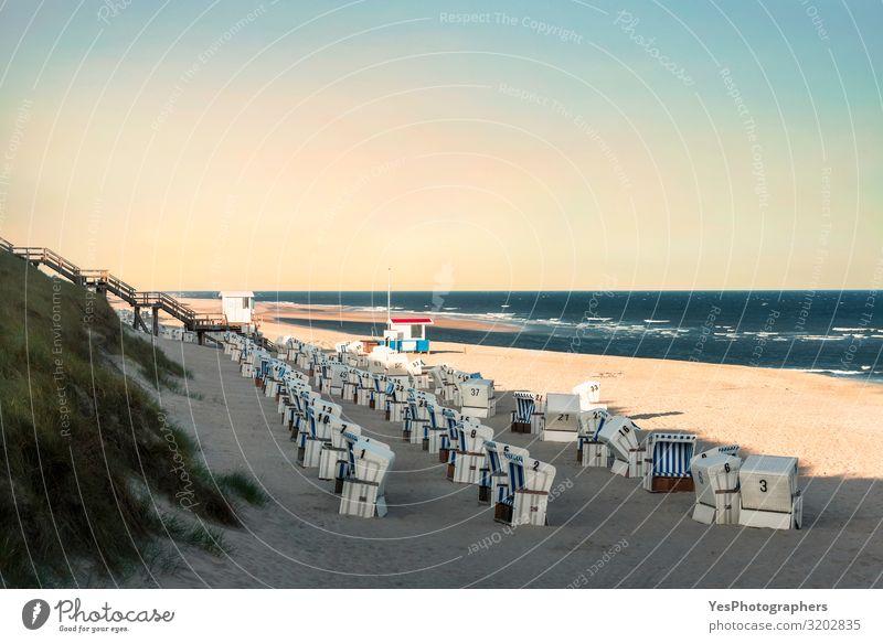 Strandlandschaft mit Korbstühlen am Morgen auf der Insel Sylt Erholung Ferien & Urlaub & Reisen Sommer Sommerurlaub Schönes Wetter Küste Nordsee blau