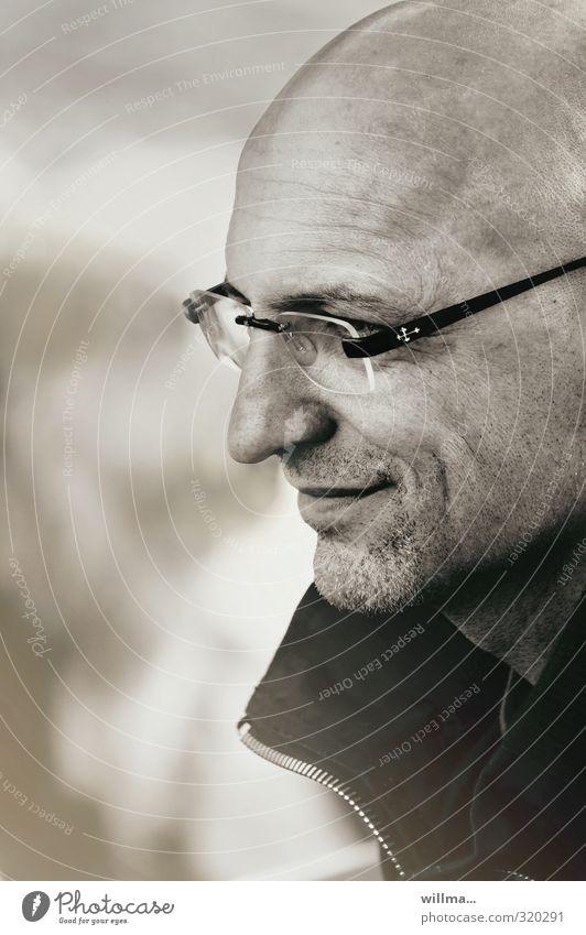 Mann mit Glatze und Dreitagebart lächelt maskulin Erwachsene Kopf Gesicht 30-45 Jahre 45-60 Jahre Brille Lächeln Zufriedenheit Profil Freundlichkeit charmant