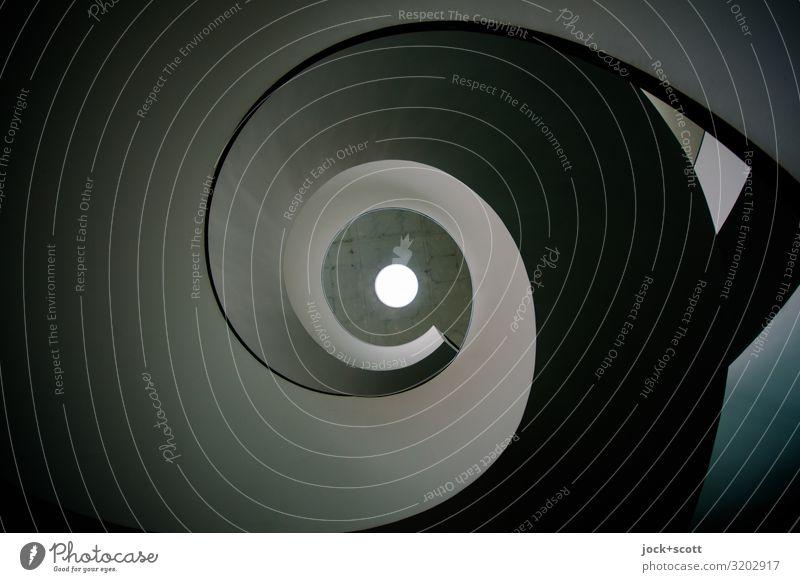 (so) in dem Dreh einer Wendeltreppe Architektur Gebäude Beton Streifen Spirale Kreis leuchten außergewöhnlich dunkel groß lang modern grau Stimmung Einigkeit