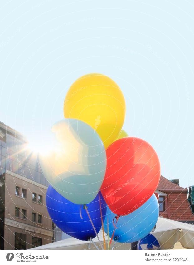 Bunte Ballons im Gegenlicht Party Feste & Feiern Jahrmarkt Hochzeit Geburtstag Veranstaltung Show Wolkenloser Himmel Schönes Wetter Riga Lettland Fröhlichkeit