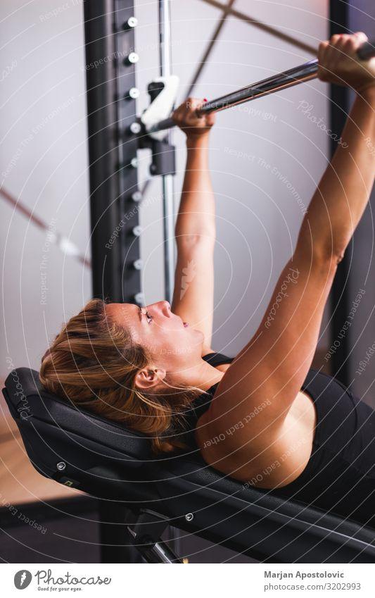 Junge Frau beim Training im Fitnessstudio Lifestyle sportlich Sport Sport-Training Mensch feminin Jugendliche Erwachsene 1 18-30 Jahre 30-45 Jahre muskulös