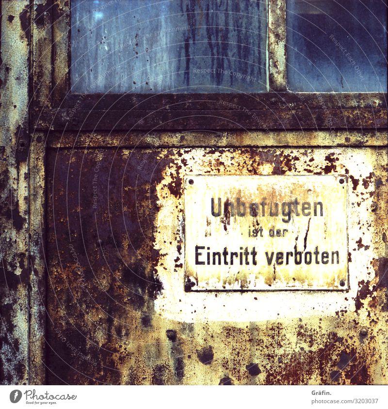 Kein Zutritt unbefugt Schilder & Markierungen Hinweisschild verrostet alt verwittert Außenaufnahme Warnhinweis Schriftzeichen Verbote Wand Menschenleer Farbfoto