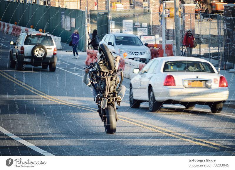Gelangweilter Stuntman im New Yorker Berufsverkehr Motorsport Subkultur Show Verkehr Verkehrsmittel Verkehrswege Personenverkehr Straßenverkehr Autofahren