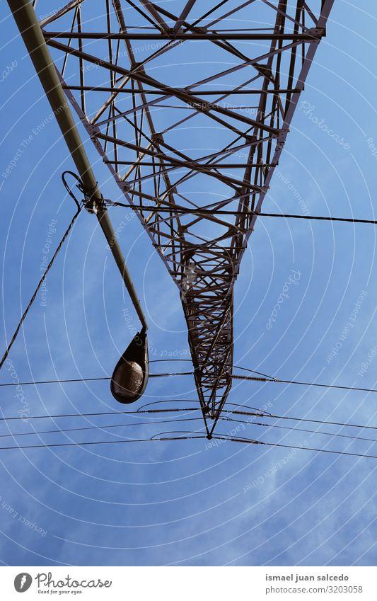 Stromturm und Straßenlampe und blauer Himmel Turm Energiewirtschaft Elektrizität Strommast Mitteilung Antenne Kabel sehr wenige elektrisch Kraft