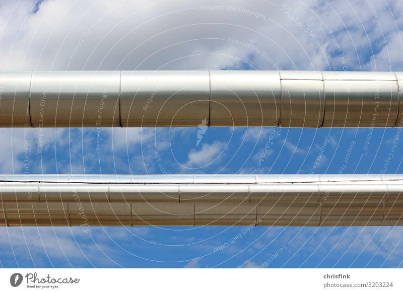 Silberne Leitungsrohre vor blauem Himmel Technik & Technologie Wissenschaften Fortschritt Zukunft Energiewirtschaft Erneuerbare Energie Sonnenenergie