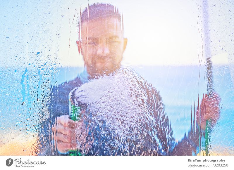 Mann saubere Fenster mit Wasser durch Schlauchleitung diffus Lifestyle Sommer Haus Wohnzimmer Werkzeug Erwachsene 18-30 Jahre Jugendliche Balkon Terrasse