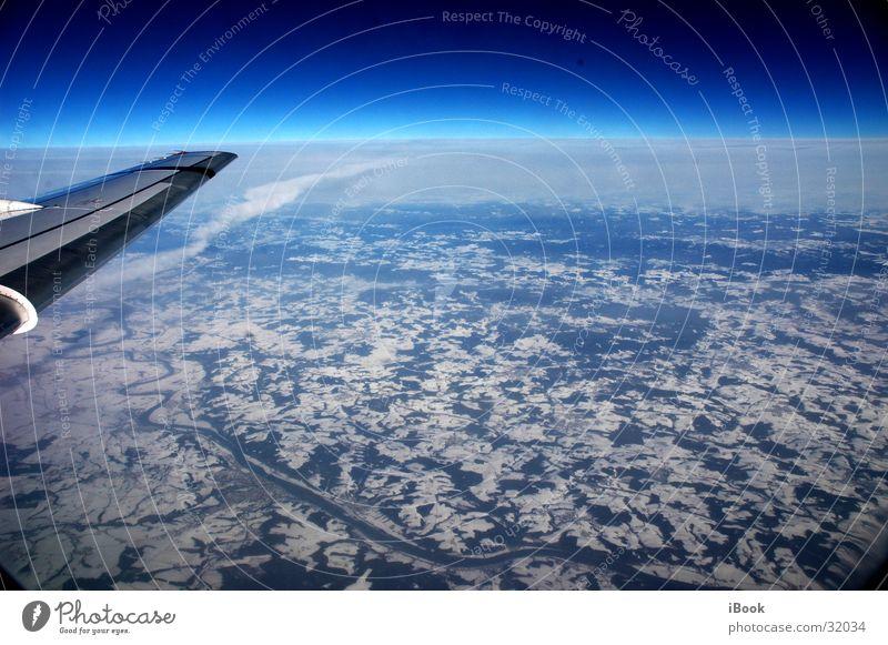 himmelsflug Schneedecke Horizont Flugzeug Luftverkehr Blauer Himmel Flügel land von oben strahlend blau über der erde