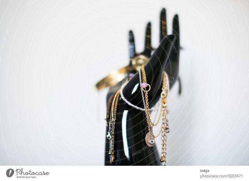Schmuck Reichtum elegant Stil Hand Accessoire Schmuckständer Ständer hängen authentisch viele altehrwürdig Gold Kette Armreif Second-Hand Laden Farbfoto