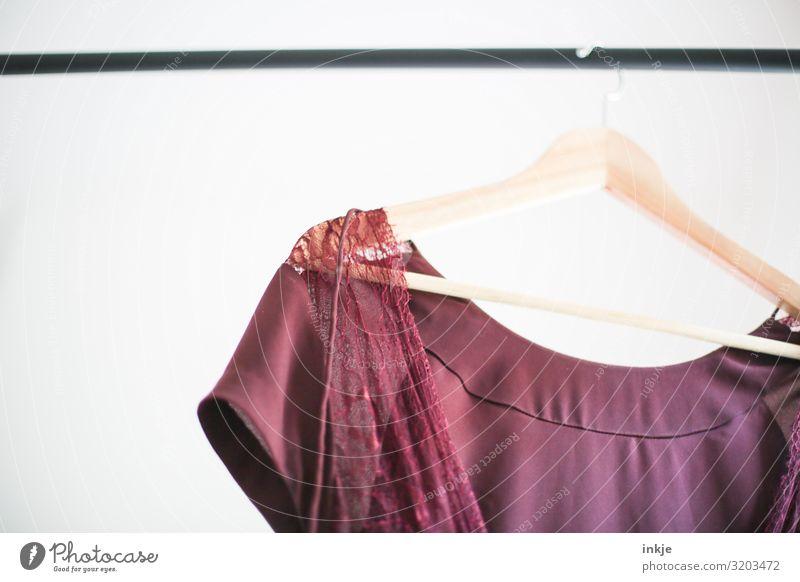 Kleiderstange Mode Bekleidung Kleiderständer Kleiderbügel hängen hell leicht Spitze zart rot Second-Hand Laden Farbfoto Innenaufnahme Nahaufnahme Detailaufnahme