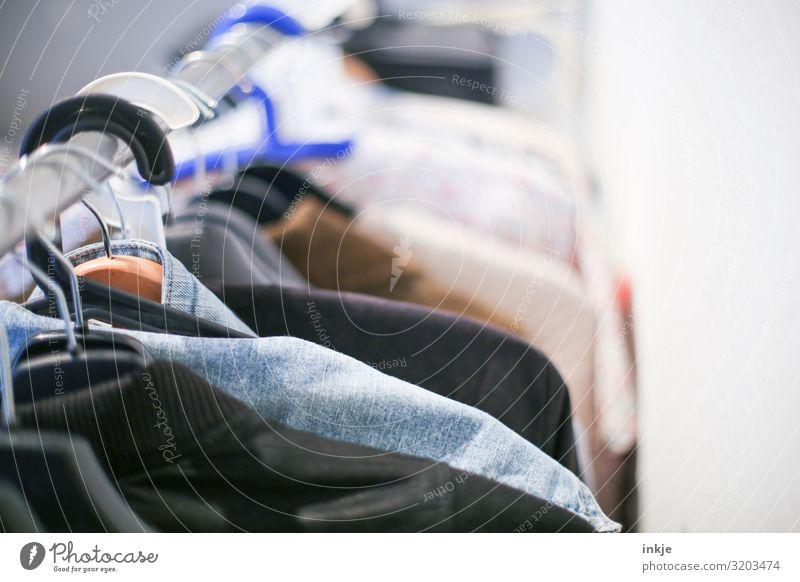 Oberteile Mode Bekleidung Top Kleiderständer Kleiderbügel hängen authentisch viele nebeneinander Reihe Second-Hand Laden altehrwürdig Farbfoto mehrfarbig