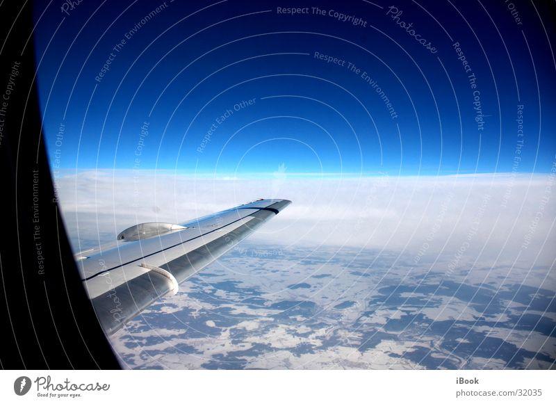 über den wolken Schneedecke Horizont Flugzeug Luftverkehr über den wolken Blauer Himmel Flügel land von oben strahlend blau über der erde Schönes Wetter