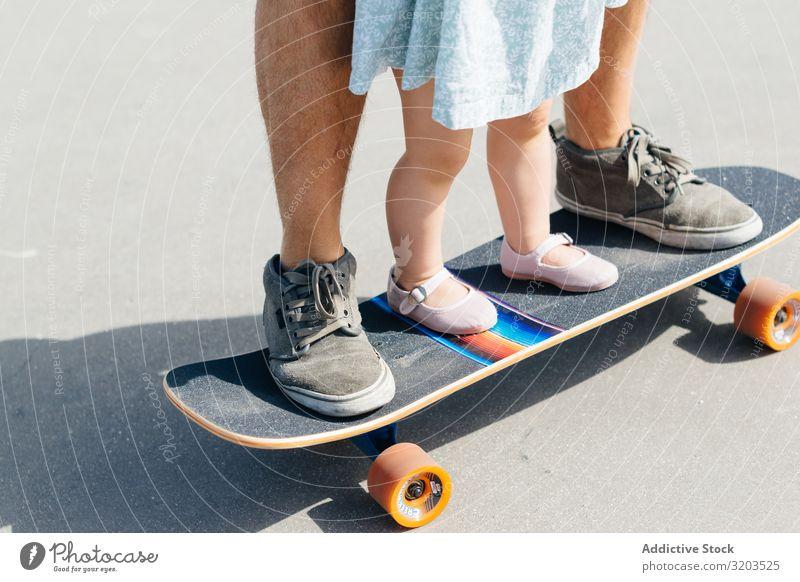 Getreidevater mit Kleinkind-Tochter auf Skateboard Mann Familie & Verwandtschaft Vater klein Kind Kleid niedlich Ausritt Eltern Sport Straße Mädchen