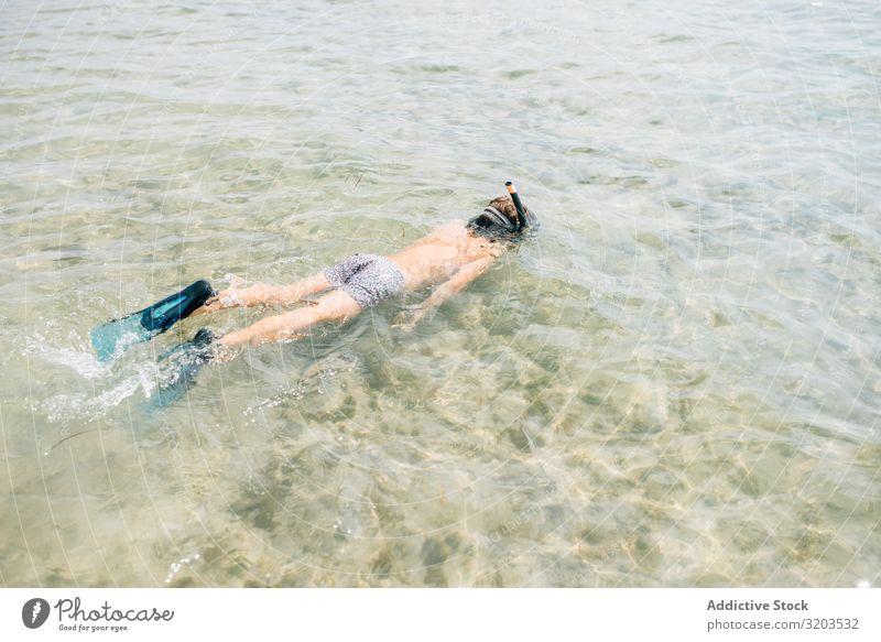 Kind schwimmt mit Tauchermaske Junge Maske Im Wasser treiben Flosse erkunden tauchen unten Gesäß Sommer anschaulich Aktion Ferien & Urlaub & Reisen spielerisch