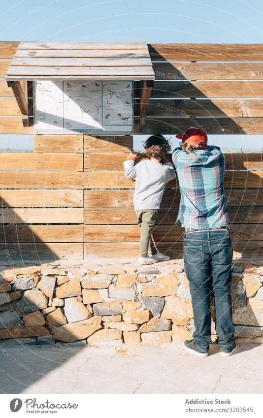 Mann mit Kind erkundet Aussicht Sohn Ferien & Urlaub & Reisen erkunden Vater Natur Zaun Aussichtspunkt Sommer Wand Sonnenlicht träumen seltsam Junge