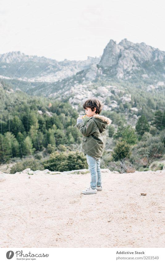 Junge geht auf felsigem Hügel Natur Spaziergang laufen Felsen Ferien & Urlaub & Reisen Kind Unbekümmertheit Landschaft abwärts Abenteuer Aktion Kindheit klein