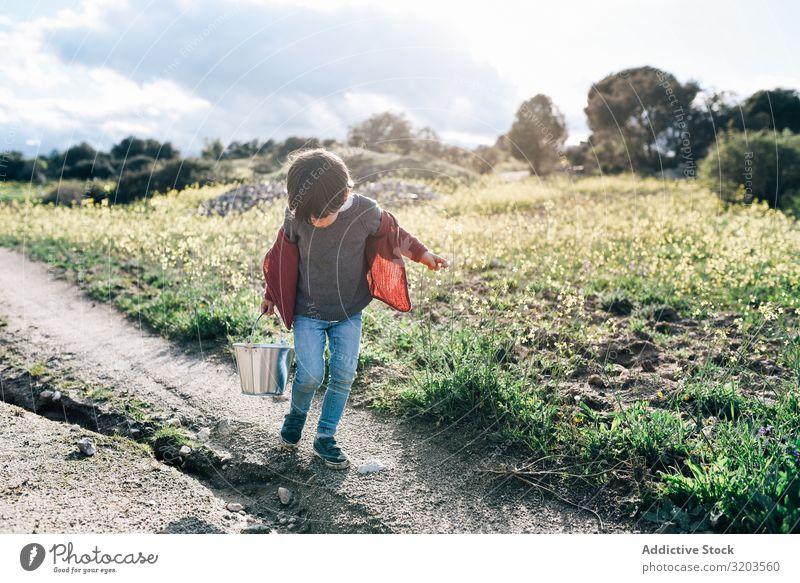 Kind mit Eimer auf der Landstraße Junge Natur Landschaft Straße Sommer reizvoll klein Ferien & Urlaub & Reisen Aktion Glück Kindheit Freizeit & Hobby schön