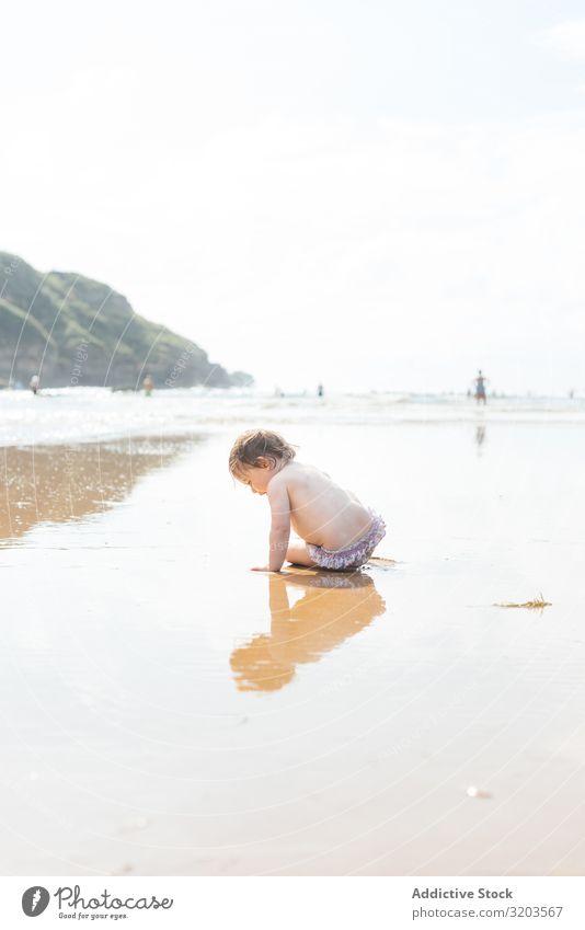 Kleinkind am feuchten, sonnigen Strand Baby Sonnenlicht Sommer Küste Kind Wasser unschuldig Ferien & Urlaub & Reisen Freizeit & Hobby Spielen ruhen Freude Natur